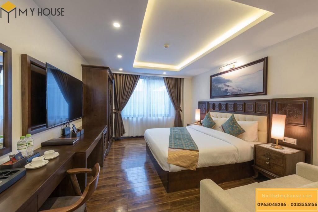 Phòng ngủ khách sạn 3 sao ấn tượng với hệ thống cửa kính ban công